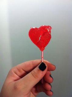 Seu primeiro coração partido provavelmente foi este pirulito.   25 doces da sua infância que faziam você perder a linha na vendinha