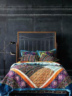Bett Kopfteil Schwarze Taffel Wandfarbe Eklektischer Stil