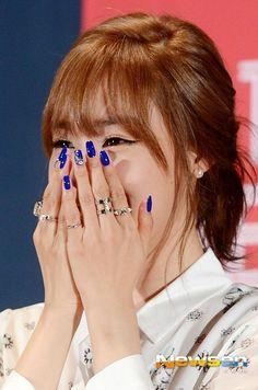 TaeNy love in the air /)-(\ 4 different expression of Kim Taeyeon lol pro, beautiful Tiffany w blue nail art