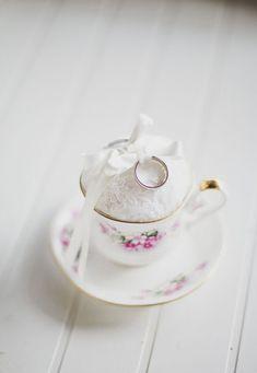 vintage teacup wedding ring holder http://weddingwonderland.it/2015/06/matrimonio-ispirato-al-tandem.html