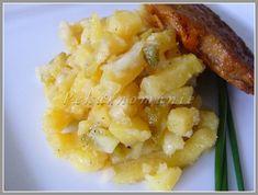 Už z dob vaření mé babičky pamatuji výborný rychlý bramborový salát, který dělávala hlavně v letních parnech. Brambory, vařené ve slupce, oloupané a nakrájené na kolečka, smíchané s drobně krájenou cibulí, zakápnuté olejem a zalité horkým sladkokyselým nálevem - opepřit, dosolit, popř.vychladit a může se podávat. Tento salát, kamarádky Mirky, je maličko jiný. Jiný, ale… Risotto, Macaroni And Cheese, Salads, Food And Drink, Ethnic Recipes, Mac And Cheese, Salad, Chopped Salads