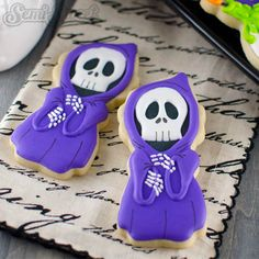 Show off your cookie decorating skills by designing these skeleton cookies. Get the recipe at Semi Sweet Designs. Halloween Desserts, Halloween Cookie Recipes, Halloween Cookies Decorated, Fröhliches Halloween, Halloween Sugar Cookies, Decorated Cookies, Fall Cookies, Cute Cookies, Holiday Cookies