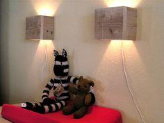 Houten wandlamp, makkelijk zelf te maken. Mooi effect: schijnsel zowel naar boven als beneden.