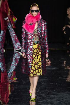 Versace Pre-Fall 2019 Fashion Show Collection: See the complete Versace Pre-Fall 2019 collection. Look 49 Women's Runway Fashion, Versace Fashion, New York Fashion, Fashion Outfits, Womens Fashion, Fashion Trends, Donatella Versace, Fashion Colours, Colorful Fashion