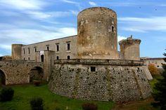 Venosa - il castello. 40°58′00″N 15°49′00″E