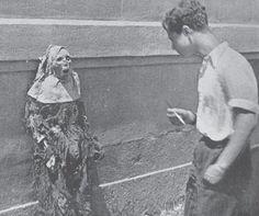 Reportaje del movimiento revolucionario en Barcelona (1936).  Iglesia de las Salesas, la multitud contempla las momias de monjas expuestas en la escalinata de entrada.