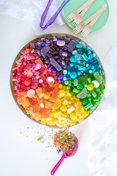 A Fun Candy-Covered Color Wheel Cake for Parties and Entertaining! Rainbow Popcorn, Rainbow Drinks, Rainbow Donut, Rainbow Desserts, Rainbow Fruit, Rainbow Candy, Rainbow Sprinkles, Rainbow Swirl Cake, Rainbow Sugar Cookies