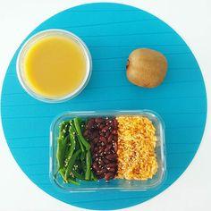 Bom dia e bom almoço  Já repararam o quão simples pode ser uma refeição nutritiva? Basta juntar os 3 grupos principais de alimentos temperar a gosto e juntar sopa e fruta