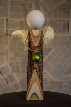 Engel Thea - Die Rinde des Akazien-Holzes schwingt sich wie ein Kleid um den 33cm hohen Engel. Die grün-glänzende Kugel mit einer kleinen Feder gibt einen tollen Kontrast zum Natur-Holz.