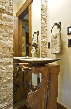 meuble sous-vasque en bois brut live-edge dans la petite salle de toilette rustique
