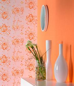 """Diese Tapete macht uns frühlingsfit: Die Signalfarbe Orange präsentiert sich in der Kollektion """"Fizz"""" von Erismann in wunderschönen Retro-Blüten und wirkt wunderbar frisch!"""
