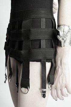 Make a modern BLACK cage skirt. Dark Fashion, Gothic Fashion, Cage Skirt, Skirt Belt, Fashion Details, Fashion Design, Punk Goth, Bustier, Mode Inspiration