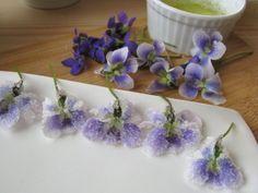 Fogj egy marék ibolyát, és megmutatjuk, hogyan készíts belőle kandírozott virágot. Ennek a viktoriánus csemegének nem lehet ellenállni! A hobbikert.hu fotósorozata. Edible Flowers, Creative Cakes, Kandi, Cute Food, Let Them Eat Cake, Artsy Fartsy, Marvel, How To Make, Crafts
