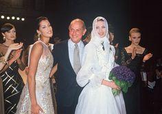 Oscar de la Renta lors de son défilé printemps-été 1993 à New York http://www.vogue.fr/diaporama/oscar-de-la-renta-deces-createur-mode-mort/20846#!oscar-de-la-renta-lors-de-son-defile-printemps-ete-1993-a-new-york