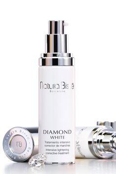 Ni una mancha / Diamond White Serum de Natura Bissé    Con una fórmulación de ácidos (Maslínico, Diódico, Fítico, Glicólico y Peróxido) al 20%, este tratamiento intensivo corrector de manchas actúa de forma localizada  y aporta luminosidad a la piel.
