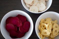 Chips van gesneden groente en fruit