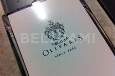 "Particolare stampa diretta UV del logo ""Olivares""."