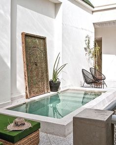 what my home will look like modern Backyard with pool Un riad élégant et contemporain - PLANETE DECO a homes world Small Swimming Pools, Small Backyard Pools, Small Pools, Swimming Pool Designs, Backyard Ideas, Patio Ideas, Small Garden Jacuzzi, Lap Pools, Indoor Pools