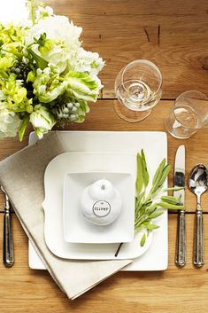 Even your everyday white plates can look interesting when you layer them up. Try spray painting a pear white! Click through to see more of the best Thanksgiving table setting ideas! #thanksgivingplacesettings #thanksgivingtablesettingssimple #thanksgivingplacesettingsdiy #easythanksgivingplacesettings