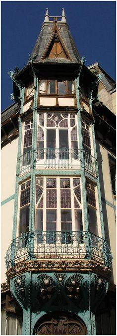 Le magasin Génin-Louis, rue Bénit à Nancy, est le premier édifice à structure métallique apparente à servir en partie d'habitation. Construit entre 1900 et 1901 par le polytechnicien Henri Gutton, son neveu Henry Gutton et par l'ingénieur Frédéric Schertzer, cet édifice est représentatif du courant rationaliste inspiré par Viollet-le-Duc. Sa structure métallique apparente, d'acier riveté, a été conçue par Schertzer.