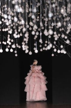 #AlexanderMcqueen #Couture #Pink #Gown #Fashion #Show #moda #AltaCostura #Chandelier #Art #Designer #inspiration #glamour #picture