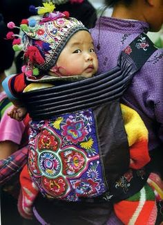 The baby carrier in Asia is responsible for protecting the child. From a symbolic point of view as literally. In China, the sling fabric represent months of work. The choice of colors, embroideries all have a meaning each drawing a symbolic value. Porte-bébé des Miao de Chine