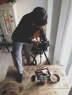 Jeg får ofte spørgsmål omkring mit kamera, mine linser, redigering, foodstyling, hvordan mit køkken ser ud osv. Jeg har tidligere lavet indlæg om foodstyling og hvordan man kan tage bedre billeder med sin Smartphone. Men nu tænkte jeg det var på tide at vise lidt bag kameraet – min mand sniger sig nemlig nogle gang …