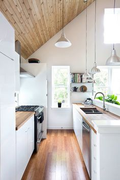 Tips and tricks to maximize your small galley kitchen. These ideas will make kitchen space larger and more functional. The two parallel counters of galley kitchens mean focusing on aisle space, light and storage. For more kitchen ideas go to Domino. Kitchen Interior, New Kitchen, Kitchen Decor, Kitchen Small, Narrow Kitchen, Kitchen Wood, Kitchen White, Kitchen Modern, Functional Kitchen