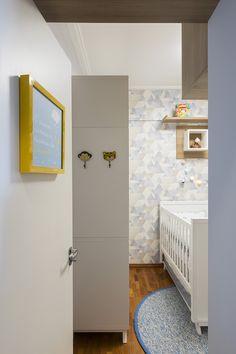 O quadro da maternidade fica na porta do quarto dando boas-vindas ao bebê... Ganchos na lateral do armário ajudam para apoio da bolsa!