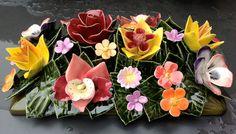 Ceramic planter-decoration with garden flowers (20x40x20cm). High quality and resistant to frost. Handmade in France. Opzetstuk voor bloembakken gedecoreerd met tuinbloemen. Hoge kwaliteit en bestand tegen vorst. Handgemaakt in Frankrijk.  #keramiekvoorbuiten