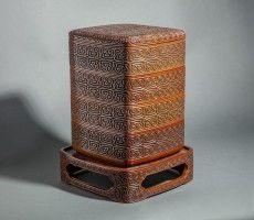 Dramática tallada y lacada caja de la pila en el soporte