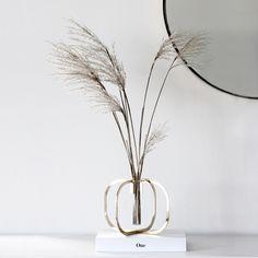 be&liv on suomalainen designbrändi, joka tarjoaa uudenlaista skandinaavista tyyliä sisustukseen. Muotoilija Ilkka Suppasen be&liville suunnittelema One kukkavaasi kunnioittaa yksittäisen kukan herkkää kauneutta. #habitare2016 #design #sisustus #messut #helsinki #messukeskus