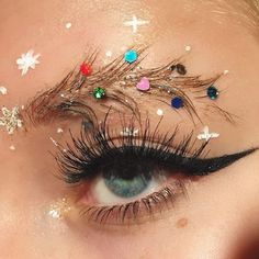People Are Turning Their Eyebrows Into Christmas Trees, And The Result Is Truly Festive #eyebrow