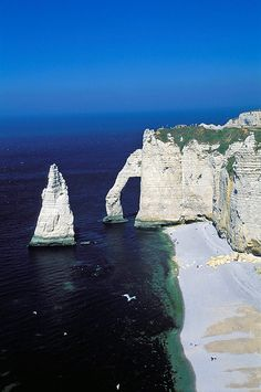 Los 15 lugares más bonitos de Francia - Scold Tutorial and Ideas Wonderful Places, Beautiful Places, Falaise Etretat, Travel Around The World, Around The Worlds, Places To Travel, Places To Go, Mont Saint Michel, South Of France