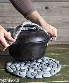 Tutorial on how to make a pot stones hot pad. make with beach stones Rock Crafts, Crafts To Make, Arts And Crafts, Diy Crafts, Diy Origami, Camping Crafts, Jar Gifts, Hot Pads, Home Repair