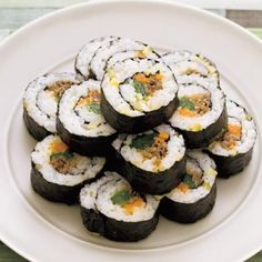 Sushi filled with plant based fish stick mango and avocado topped with roasted sesame seeds . Fish Sticks, Good Food, Yummy Food, How To Cook Rice, Eat To Live, People Eating, Korean Food, Sushi, Roast