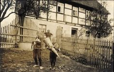 Foto Ansichtskarte / Postkarte Waldheim in Mittelsachsen, Zwei Kinder vor ihrem Wohnh... | akpool.de