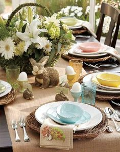 How to make stylish and unique Easter dinner table decorations? Tradition for Easter is to gather the family for lunch or dinner, to celebrate the holiday. Easter Table Settings, Easter Table Decorations, Decoration Table, Table Centerpieces, Easter Decor, Easter Centerpiece, Easter Ideas, Centerpiece Ideas, Easter Flower Arrangements