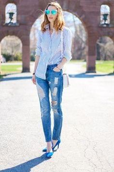 Look de moda: Camisa de Vestir de Rayas Verticales Celeste, Vaqueros Desgastados Azules, Zapatos de Tacón de Ante en Turquesa, Bolso Bandolera de Cuero Blanco