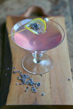 A stunning Lavender Martini made with a base of homemade lavender syrup, fresh lemon juice, and vodka. The lavender syrup can be used to make cocktails or quickly whip up mocktails, coolers or lemonade Lavender Drink, Lavender Martini, Lavender Cocktail, Lavender Buds, Fun Drinks, Yummy Drinks, Alcoholic Drinks, Beverages, Hard Drinks