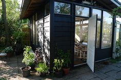 The way we like the garden cabin, thanks to black Moose Färg paint   http://www.moosefarg.nl