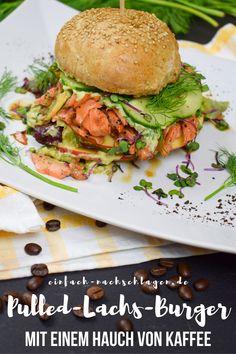 Ein leckerer und erstaunlich einfacher Pulled Lachs Burger mit Suchtpotential. Der Lachs wird im Ofen in einem herb-süßen Kaffeesud sanft gegart, hinzu kommt ein Topping aus Avocado, Sauerrahm, Apfel und Dill. ALSO nix wie los: Probiere diesen leckeren Fisch-Burger unbedingt mal aus. #Burger #Lachs #Rezepte Salmon Recipes, Fish Recipes, Burger Co, Salmon Burgers, Sandwiches, Toast, Diet, Chicken, Ethnic Recipes