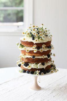 Vanilla Naked Layer Cake Naked Cake mit Wiesenblumen und Beeren Brombeeren, Heidelbeeren & Kamille – Cocktails and Pretty Drinks Food Cakes, Cupcake Cakes, Daisy Cupcakes, Pretty Cakes, Beautiful Cakes, Amazing Cakes, Naked Cakes, Bolo Cake, Slow Cooker Desserts