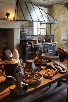 I love this old kitchen, the antique stove, the fireplace, the table and all its accessories. It's a dream