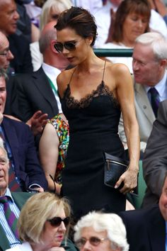 2013 Victoria Beckham made a style statement at the men's final wearing a Louis Vuitton slip dress. Beauty And Fashion, Fashion Looks, Fashion Mode, Fashion Trends, Classic Fashion, David Und Victoria Beckham, Victoria Beckham Stil, David Beckham, Viktoria Beckham