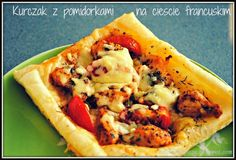 Kurczak z pomidorami i serem na cieście francuskim