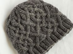 Ravelry: Cabled Canuck See other ideas and pictures from the category menu…. Bonnet Crochet, Knit Or Crochet, Crochet Hats, Loom Knitting, Free Knitting, Knitting Projects, Crochet Projects, Knitting Patterns, Crochet Patterns
