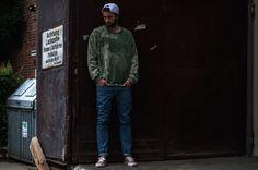 Grüner oversized sweater mit Acid Waschung und military Optik von Reclaimed Vintage. Retro Jeans Hose von ADPT und Kork Schuhe von Vans.