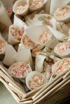 Si buscas alternativas al arroz para el día de tu Boda quizás esta idea de confetis con pétalos de flores naturales te gusta.