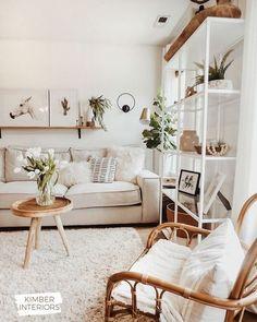 Sofá bege claro na sala de estar iluminada #sofábege #sofábegedecoração #sofábegecomalmofadas